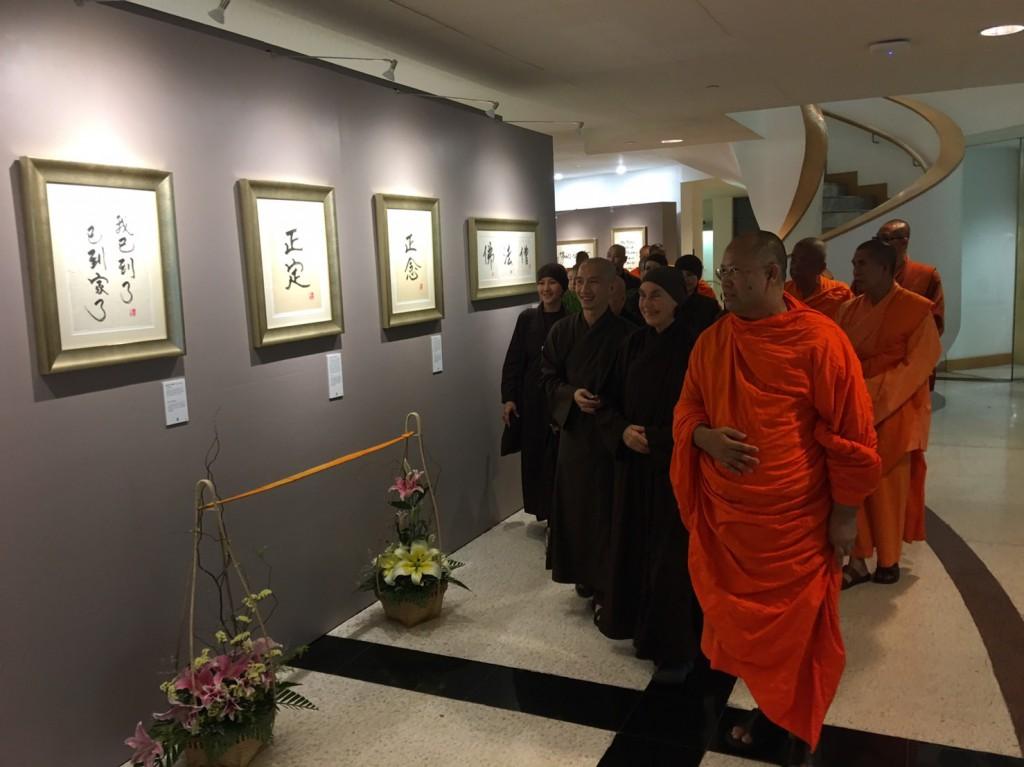 620127 รอง กต ประธานร่วมพิธีเปิดนิทรรศการศิลปะลายพู่กันและหนังสือหลวงปู่ติช นัท ฮันห์ 10