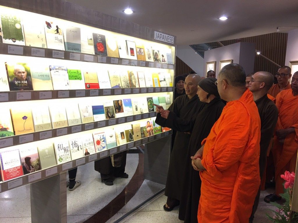 620127 รอง กต ประธานร่วมพิธีเปิดนิทรรศการศิลปะลายพู่กันและหนังสือหลวงปู่ติช นัท ฮันห์ 11