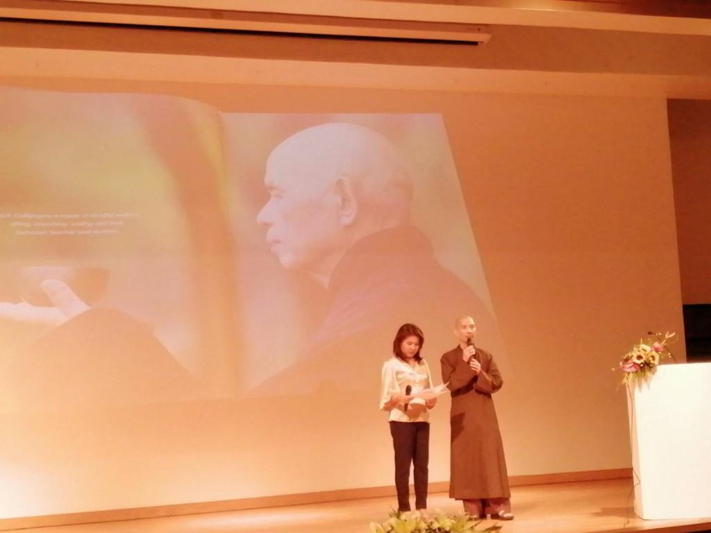 620127 รอง กต ประธานร่วมพิธีเปิดนิทรรศการศิลปะลายพู่กันและหนังสือหลวงปู่ติช นัท ฮันห์ 6