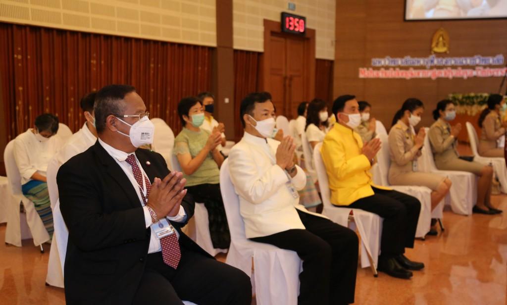 630701 สมเด็จพระมหาธีราจารย์ผู้แทนฯ พิธีประทานวุฒิบัตร พท 26 มี อธิการ รอง กต พศ 28